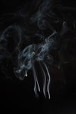 Blanc ou Gray Smoke On Dark Background Photographie stock libre de droits