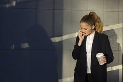 blanc parlant de téléphone d'isolement par femme d'affaires de fond Photo libre de droits