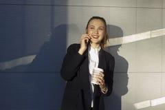 blanc parlant de téléphone d'isolement par femme d'affaires de fond Photographie stock libre de droits