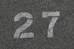 Blanc 27 peint sur le goudron Images stock