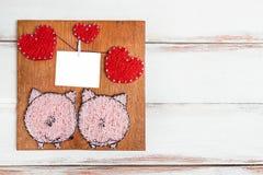 Blanc pour des félicitations sous forme de panneau avec des coeurs et des porcs roses sur un fond blanc en bois images stock