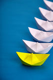 Blanc principal de bateau de papier jaune lumineux ceux basé sur le bleu Images stock