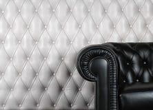blanc proche en cuir noir de mur de fauteuil Photo libre de droits