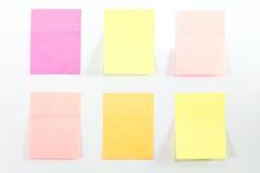 blanc rouge ci-joint de broche de papier de note d'information Photographie stock libre de droits