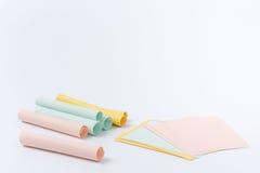 blanc rouge ci-joint de broche de papier de note d'information Photo libre de droits