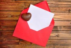 blanc rouge de papier d'enveloppe Image stock