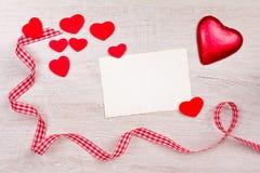 Blanc rouge de ruban de carte de coeurs Photos libres de droits