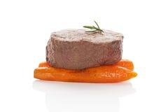 blanc sage d'isolement frais à cuire de bifteck de romarin prêt d'origan de mignon de filet de boeuf de lard le meilleur envelopp Images libres de droits