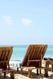 Blanc Sandy Beach And Wooden Chairs de Zanzibar Photo libre de droits