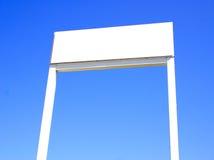 Blanc signez dedans le ciel bleu Photo stock