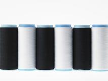 Blanc sur le blanc, bobines de fil sur le fond blanc Photographie stock libre de droits