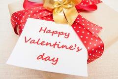 Blanc, Valentine, carte de voeux avec le boîte-cadeau, c aimant de tricotage Photos stock