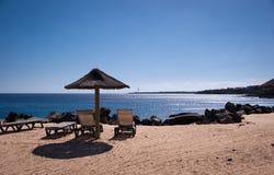 blanca空的playa sunbeds 库存图片