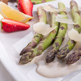 Blanchiertes asparagus with truffle sauce Royalty Free Stock Images