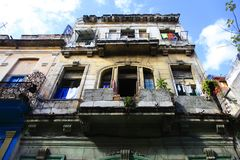 Blanchisserie accrochante à sécher sur le balcon à La Havane photos stock