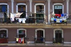 Blanchisserie accrochante à sécher sur le balcon à La Havane photo libre de droits