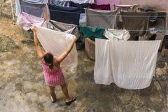 Blanchisserie accrochante La Havane de femme Images stock
