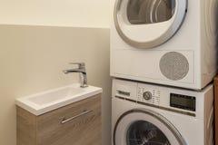 Blanchisserie avec la machine à laver, le dessiccateur et l'évier image libre de droits