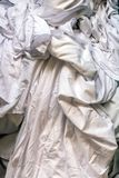 Blanchisserie blanche sale dans une blanchisserie photographie stock libre de droits