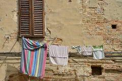 Blanchisserie dans la vieille ville images stock