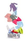 Blanchisserie dans un panier et des vêtements en baisse images libres de droits