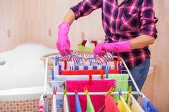 Blanchisserie de coup lavée sur le dessiccateur photos stock
