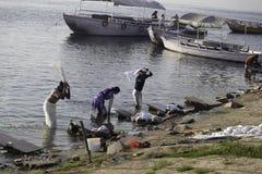 Blanchisserie de début de la matinée lavant sur le Gange images stock