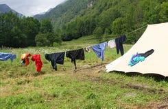 Blanchisserie de séchage à sécher près des tentes de camping Photos stock