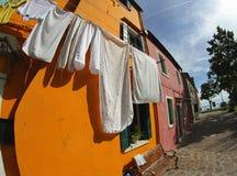 Blanchisserie de séchage à sécher sur la Chambre ORANGE image stock