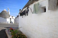 Blanchisserie de séchage au trullo dans Alberobello, Italie Images stock