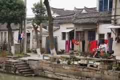 Blanchisserie devant la maison antique dans le village chinois photographie stock