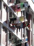 Blanchisserie en dehors des appartements ayant beaucoup d'étages Images stock