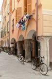 Blanchisserie et bicyclettes à de vieilles maisons traditionnelles sur la couverture médiévale Image stock