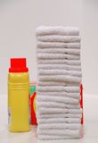 Blanchisserie et savon pliés images stock