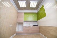Blanchisserie luxueuse dans la maison avec les placards verts, parquet léger images stock