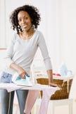Blanchisserie repassante de femme au foyer photographie stock libre de droits
