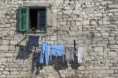 Blanchisserie sous la fenêtre verte endommagée image libre de droits