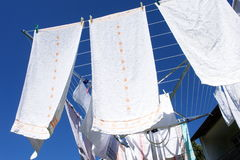 Blanchisserie sur un dessiccateur de vêtements rotatoire Photo libre de droits