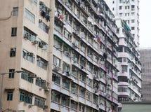 Blanchisserie traînant des fenêtres d'appartement Photos libres de droits
