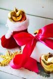 Blanco aislado decoración de la Navidad Cajas de regalo rojas y de oro con la bola de oro tres, y ornamento floral Visión superio Fotos de archivo