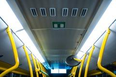Blanco amarillo interior Fluorescen de postes del autobús del transporte público Imagenes de archivo