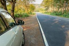 Blanco aparcamiento en lado solo del camino imagenes de archivo