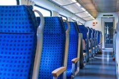 Blanco azul del transporte del tren del carro de las filas interiores modernas de los asientos fotos de archivo libres de regalías