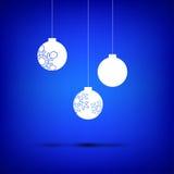 Blanco de la bola de la Navidad en azul Fotos de archivo libres de regalías