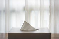 Blanco de la caja del tejido en pisos de madera marrones Foto de archivo