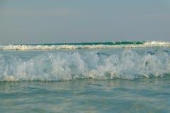 Blanco de la onda en la playa Imagen de archivo libre de regalías