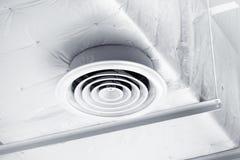 Blanco del conducto del aire limpio en el techo fotografía de archivo