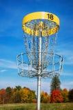 Blanco del golf del disco contra el cielo azul Imagen de archivo