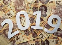 blanco del número 2019, en las cuentas mexicanas de 500 Pesos, del fondo y de la textura Fotografía de archivo libre de regalías