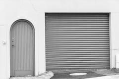 Blanco del negro de la entrada de las puertas del visitante del garaje foto de archivo libre de regalías